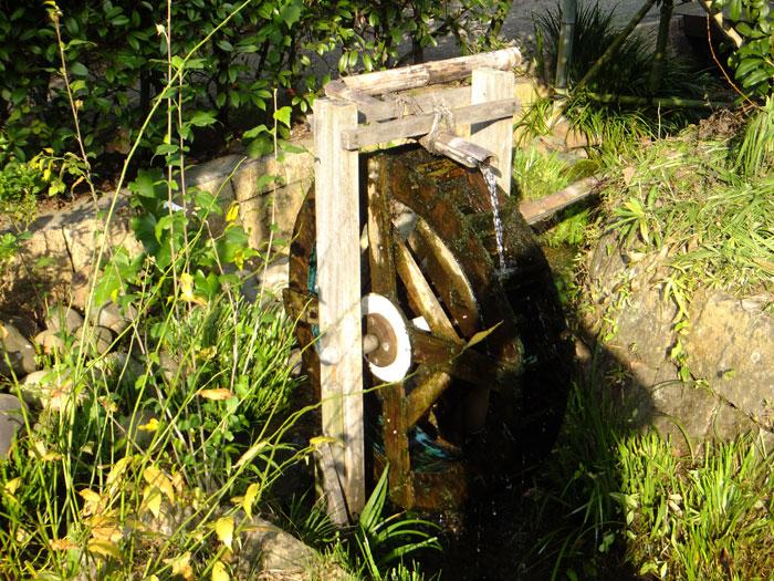 小さな水車が回る湧水の流れ