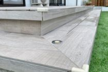 木目調タイル張りテラスの角に保護キャップ設置