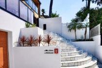 門柱と乱石のアプローチ階段に花壇のドライプランツがアクセント湘南スタイル外構のお庭
