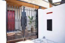 高さのあるカッコいい鋳物門扉湘南スタイルのお庭