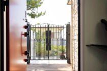 お洒落な高級鋳物門扉湘南スタイル外構のお庭
